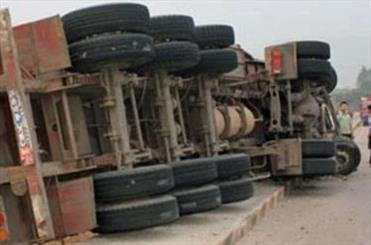 تصادف مرگبار تریلی با مینی بوس در گنبد / 8 کشته و 18 مصدوم + فیلم